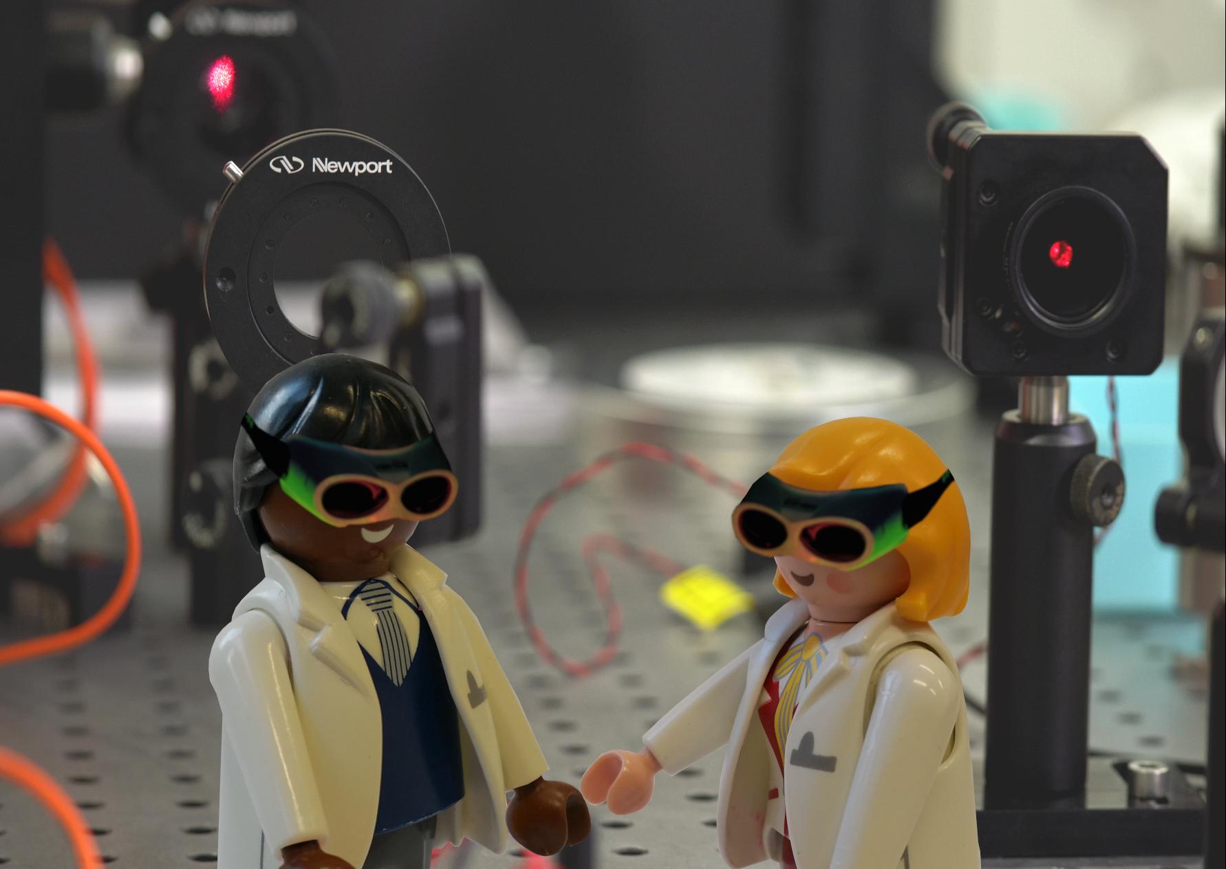 Laborsituation mit zwei Wissenschaftler/innen